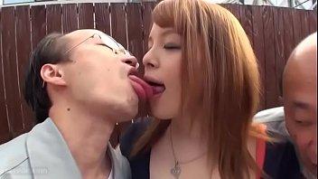 ช่วยให้ผู้ชายญี่ปุ่นแก่ ๆ ชอบร่างกายของเธอ