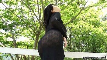 ผู้หญิงเอเชียแสดงหน้าอกของเธอ